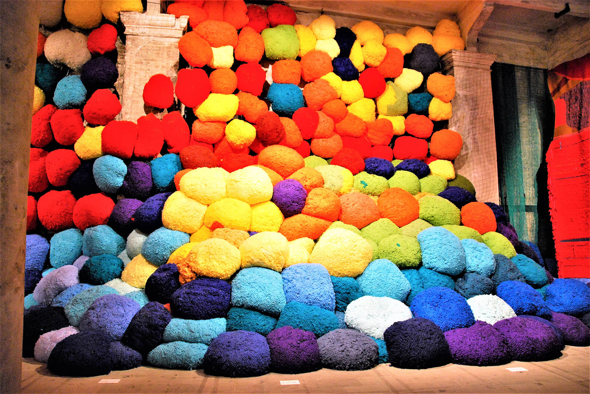 moderne_escalade-beyond-chromatic-lands-sheila-hicks-usa.jpg